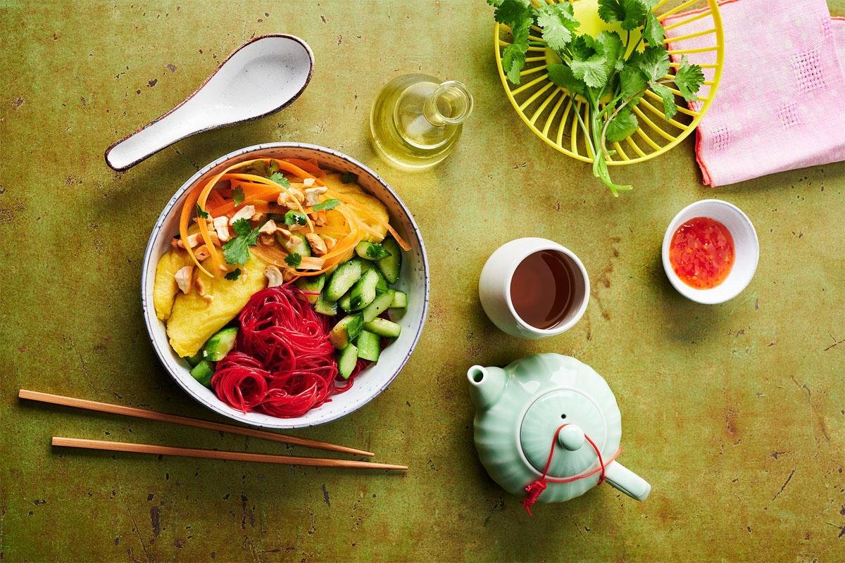 Gute-Laune-Kost: Rote-Bete-Glasnudel-Bowl mit Omelette