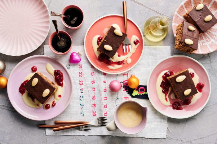Lebkuchen vom Blech mit Vanillesoße und Kirschen