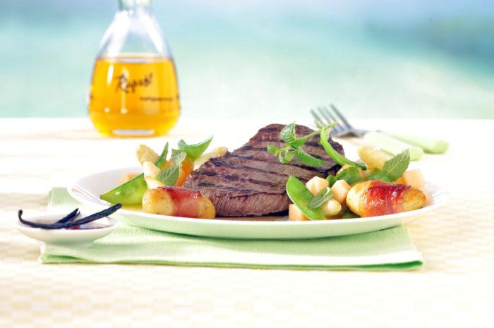 Gegrilltes Steak mit Vanilleöl und Spargel-Melonensalat