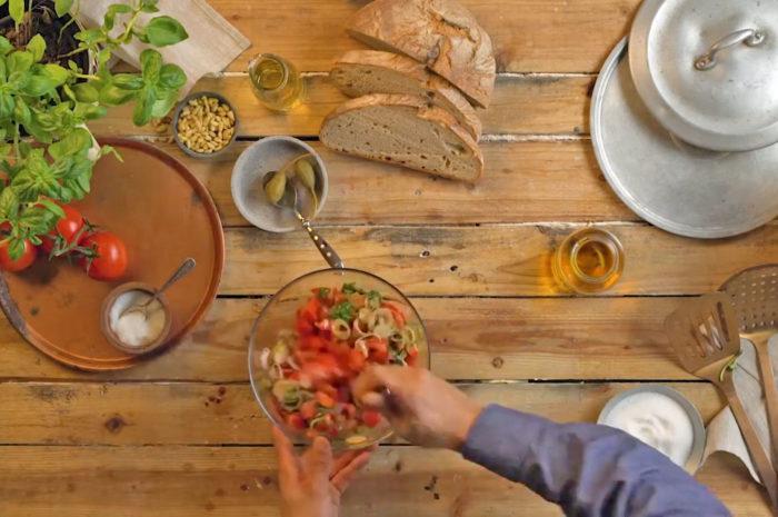 Geht immer: Frischer Salat auf geröstetem Krustenbrot